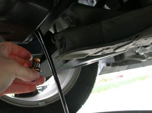 800px-Draining_motor_oil